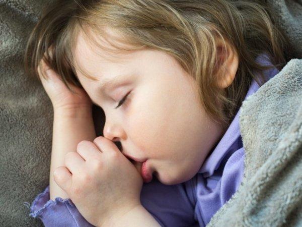 Нужно ли отучать малыша от сосания пальца во сне?