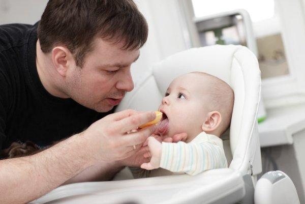 С какого возраста можно оставить малыша с кем то
