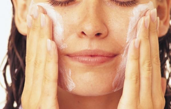 Почему косметологи запрещают умывать лицо мылом