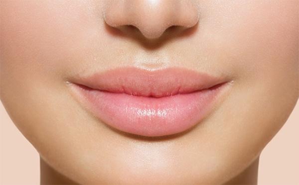 Как защитить кожу губ от обветривания зимой: недорогие средства