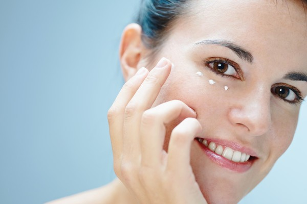 Самые распространенные ошибки по уходу за кожей вокруг глаз