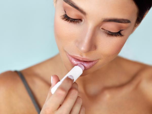 Как сделать так, чтобы помада дольше сохраняла свой вид на губах в зимнее время года