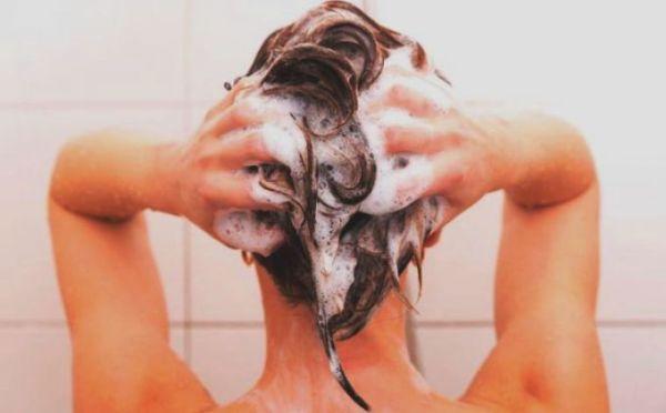 «Обратное» мытье головы: новый тренд, который может испортить волосы