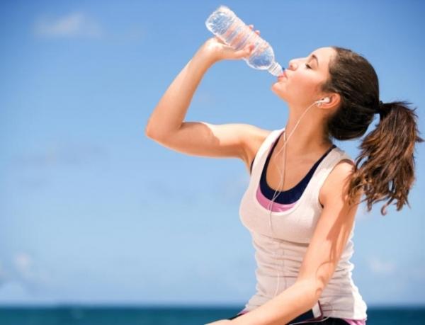Игра в бутылочку: почему так важно ежедневно выпивать норму воды для молодости и красоты