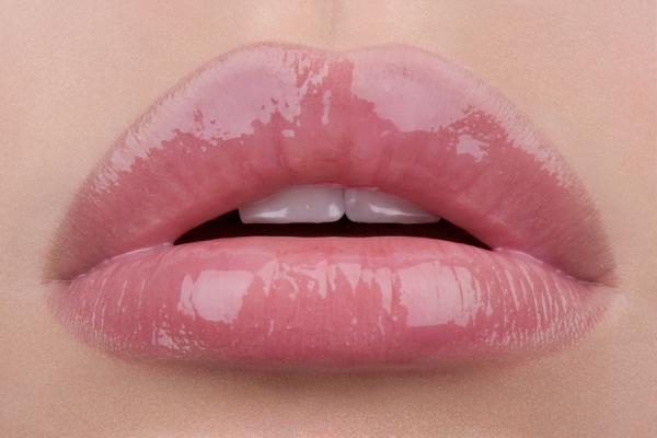 Как зрительно придать приятную припухлость губам