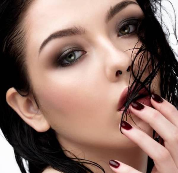 Новый тренд – эффект мокрой кожи: как его создать