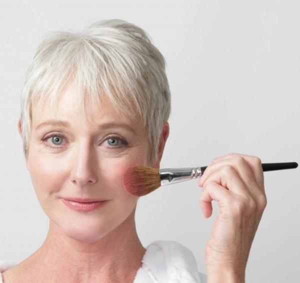 Что всегда должно быть в косметичке у женщины после 40 лет
