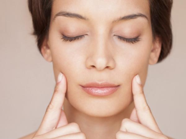 5 упражнений, которые нужно делать перед сном, чтобы утром ваша кожа сияла
