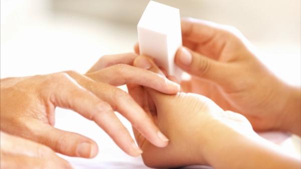 Как сделать маникюр, который будет долго держаться на ногтях