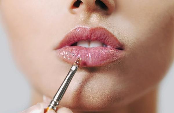 Как аккуратно накрасить губы и создать четкий контур