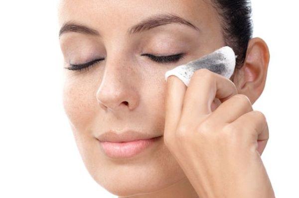 Практически каждая смывает макияж неправильно: разбираем ошибки