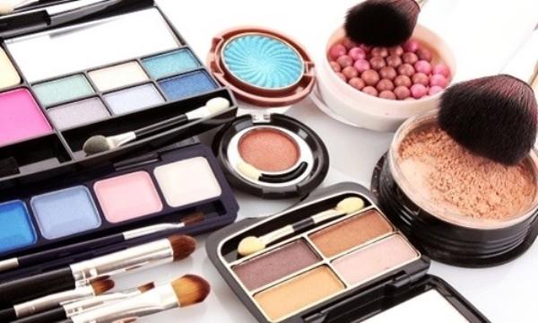 Как декоративная косметика влияет на кожу лица