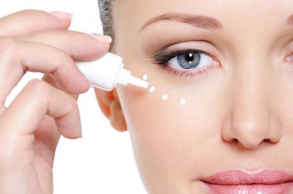 Почему необходимо приобретать специальный крем для кожи вокруг глаз?