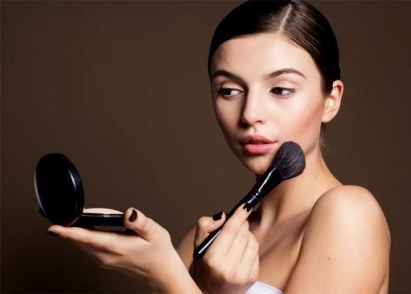 Почему для стойкого макияжа не используют компактную пудру
