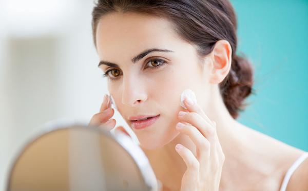 Почему не стоит наносить крем для рук и тела на лицо
