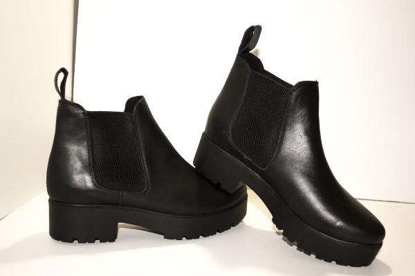 С чем лучше носить обувь на плоской подошве: 10 модных образов для женщин за 40