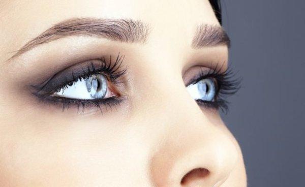 Красивый макияж для голубоглазых девушек с пошаговой схемой нанесения
