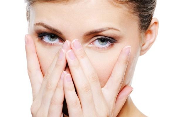 Почему под глазами появляются мешки и как от них избавиться