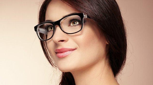 Какой макияж лучше подойдет для тех, кто носит очки