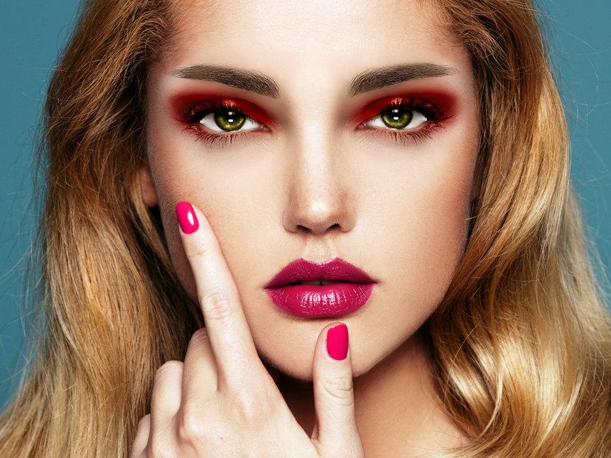 Откуда пришла мода на красные тени для макияжа глаз и как их правильно носить