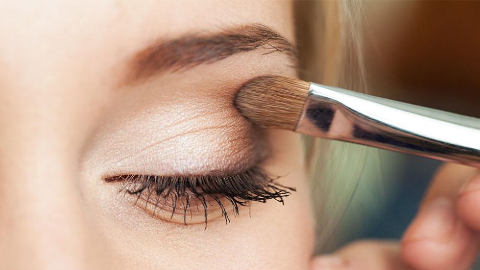 Как правильно наносить тени на глаза: рисуем чёткие линии