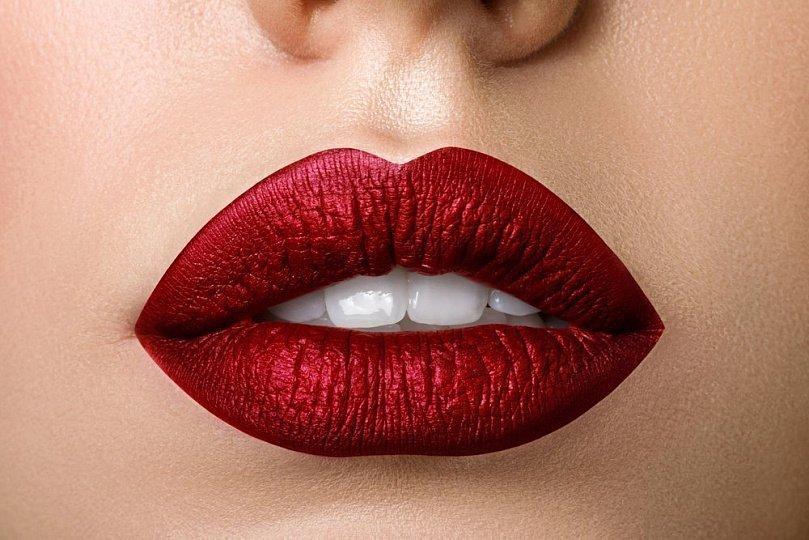 5 ошибок в макияже, из-за которых помада ляжет неровно