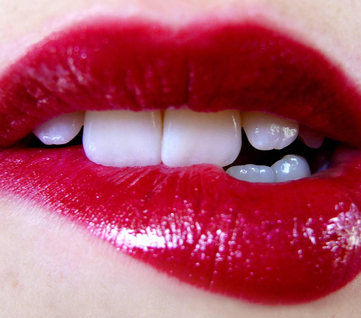 Как с помощью цвета помады визуально сделать зубы белее