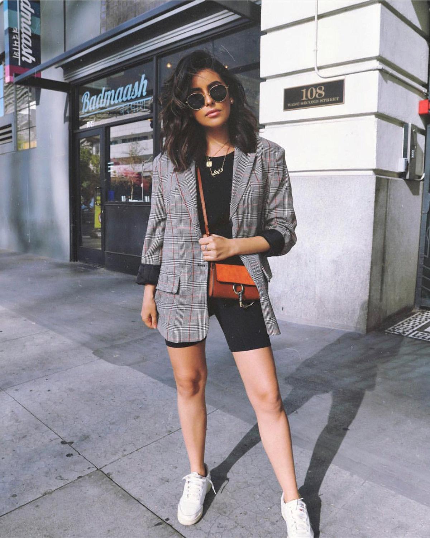 Что такое блейзер оверсайз и как его принято носить этим летом