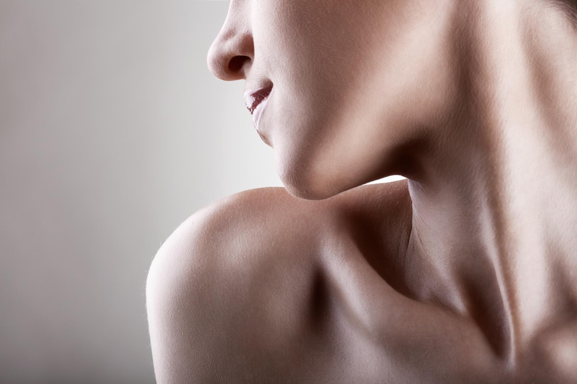 5 способов быстро разгладить складки на шее