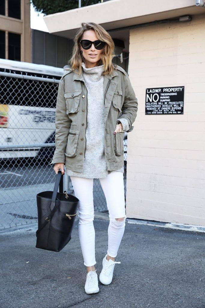 11 стильных примеров того, с чем можно носить белые брюки и джинсы в осенне-зимний сезон