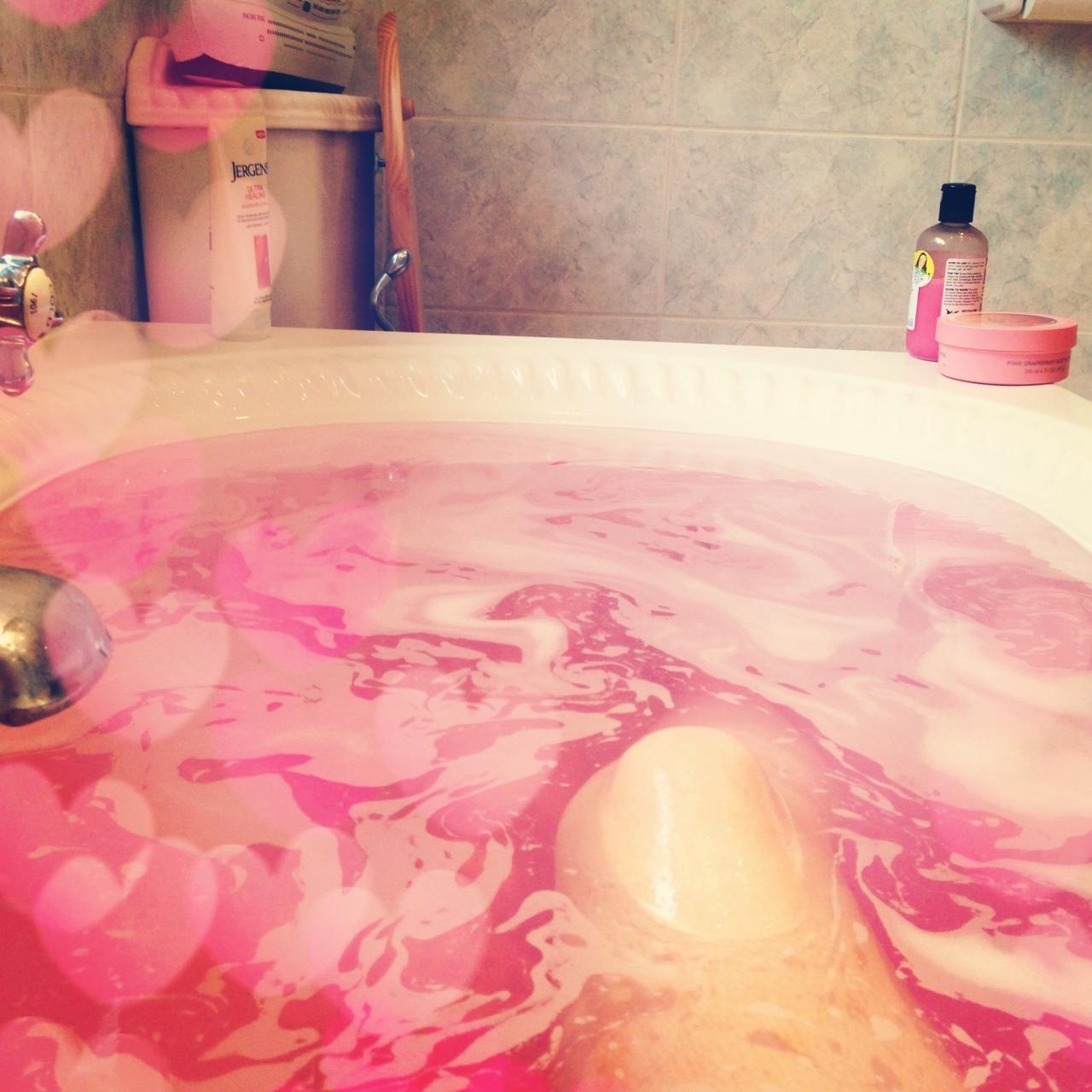 Почему принимать ванну с пеной и арома-бомбочками вредно и на что их заменить