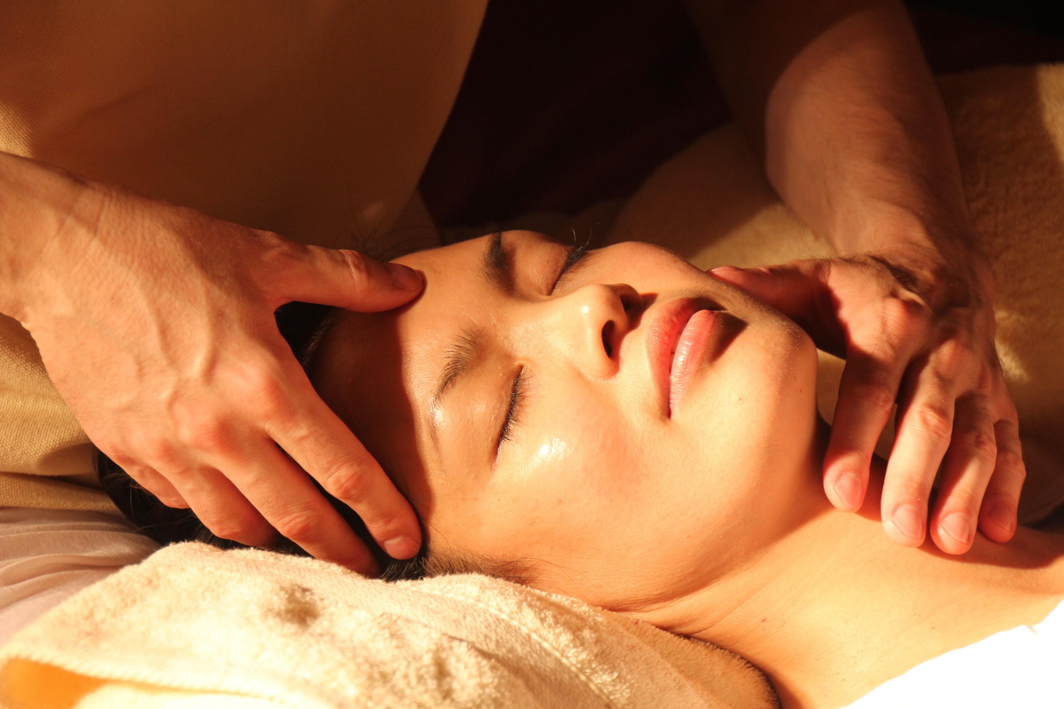 Техника массажа лица на 10 минут в день для сияния и упругости кожи