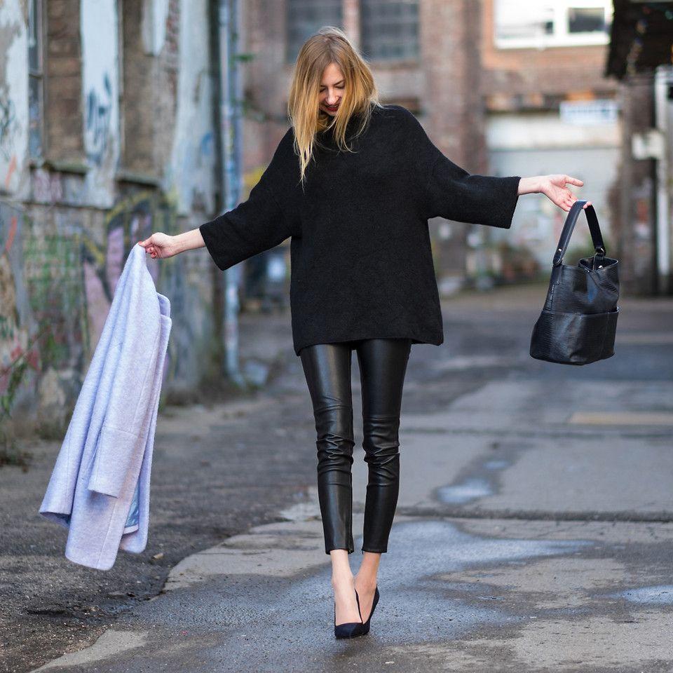 С чем носить кожаные брюки женщине после 50, чтобы не быть вульгарной