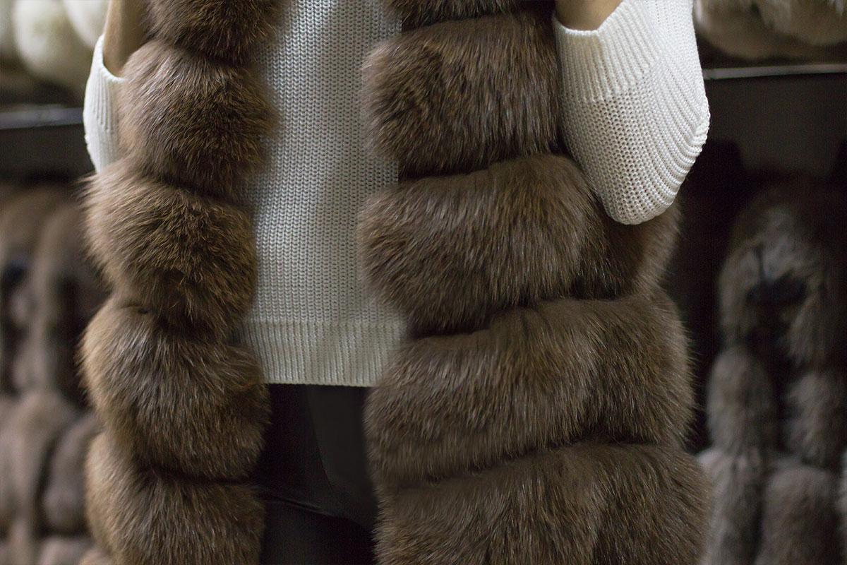 Как носить модный жилет женщине после 50 лет