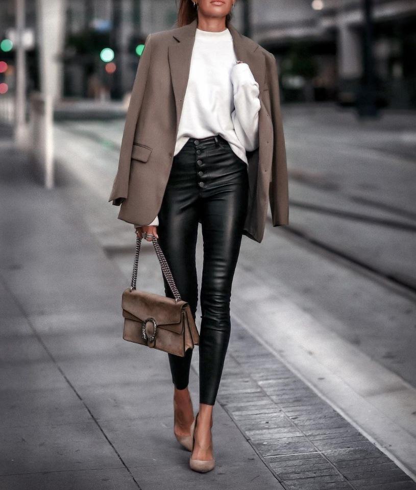5 способов носить кожаные брюки женщине после 40 лет