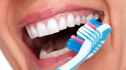 3 безопасных способа отбелить зубы в домашних условиях