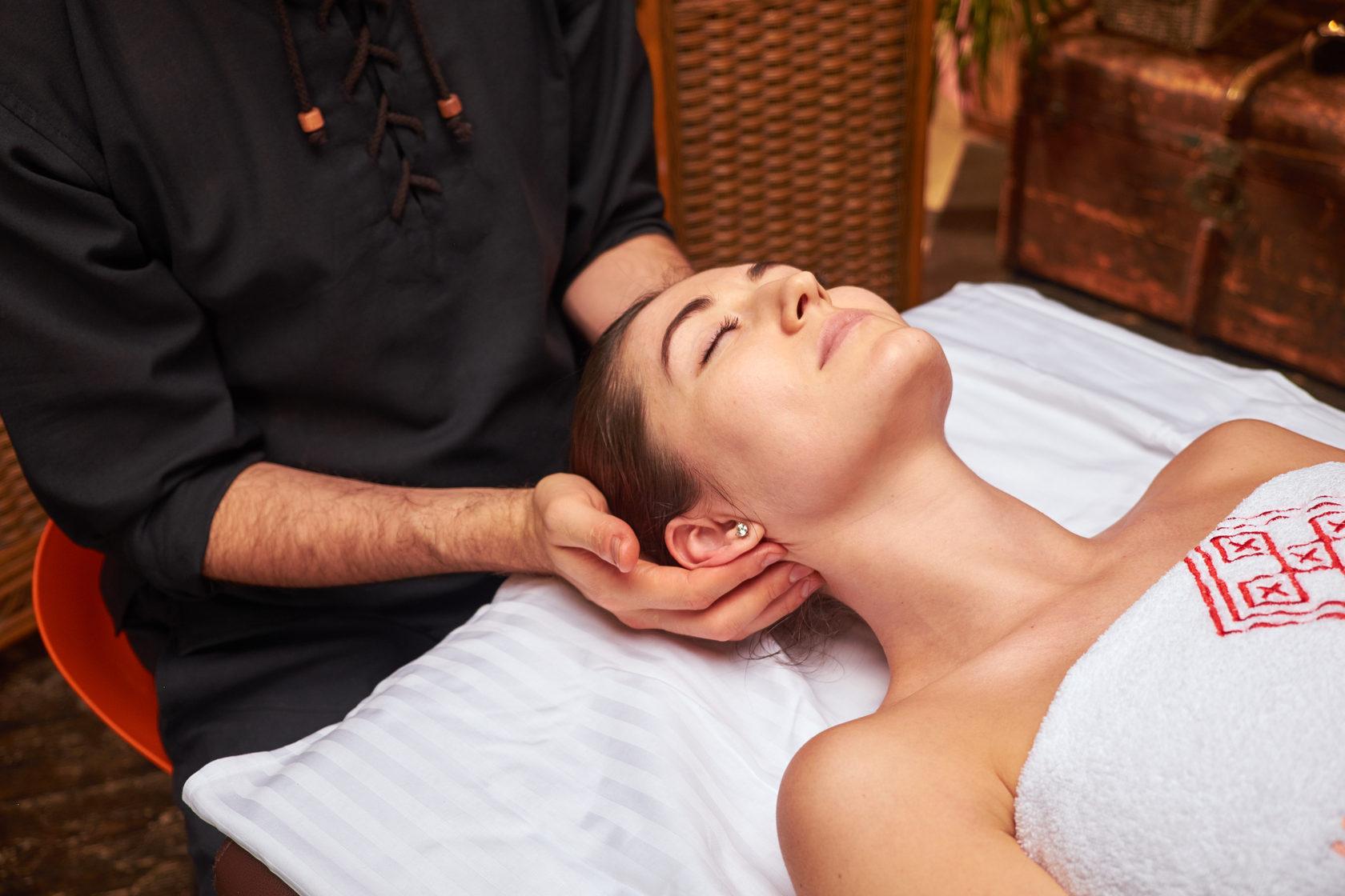 Как массаж тела способен разгладить морщины на лице и снять отёчность