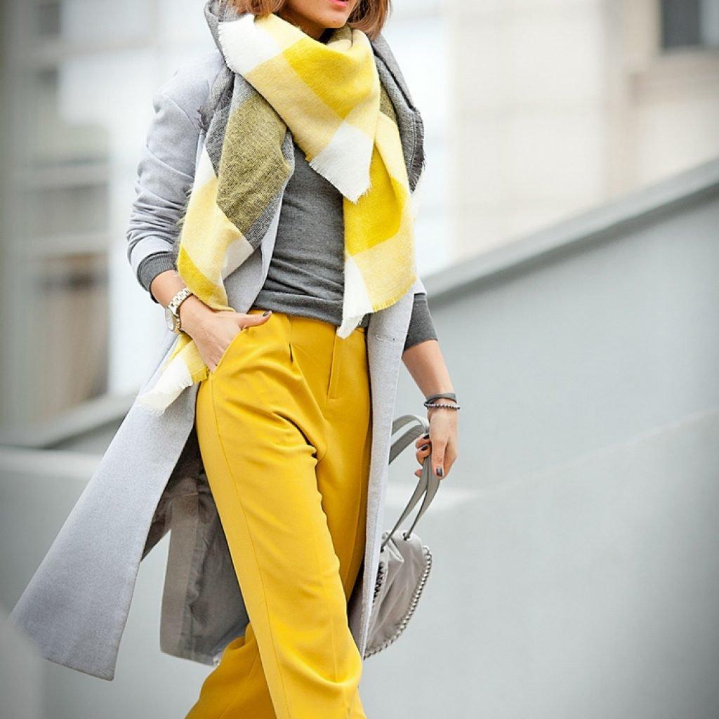 10 оттенков одежды, которые зрительно омолаживают лицо