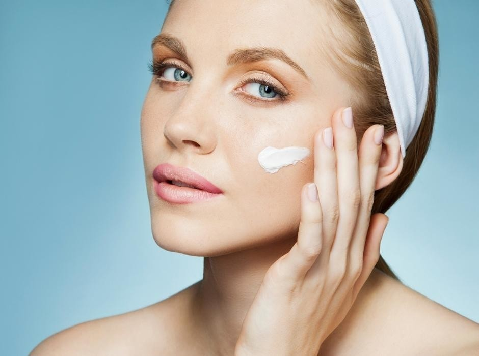 Как правильно увлажнять кожу перед сном, чтобы утром выглядеть как после отпуска