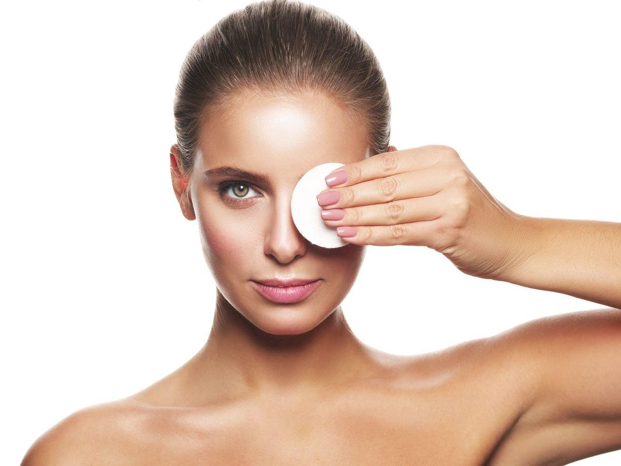 Почему коже вокруг глаз необходим отдельный крем и как его правильно наносить