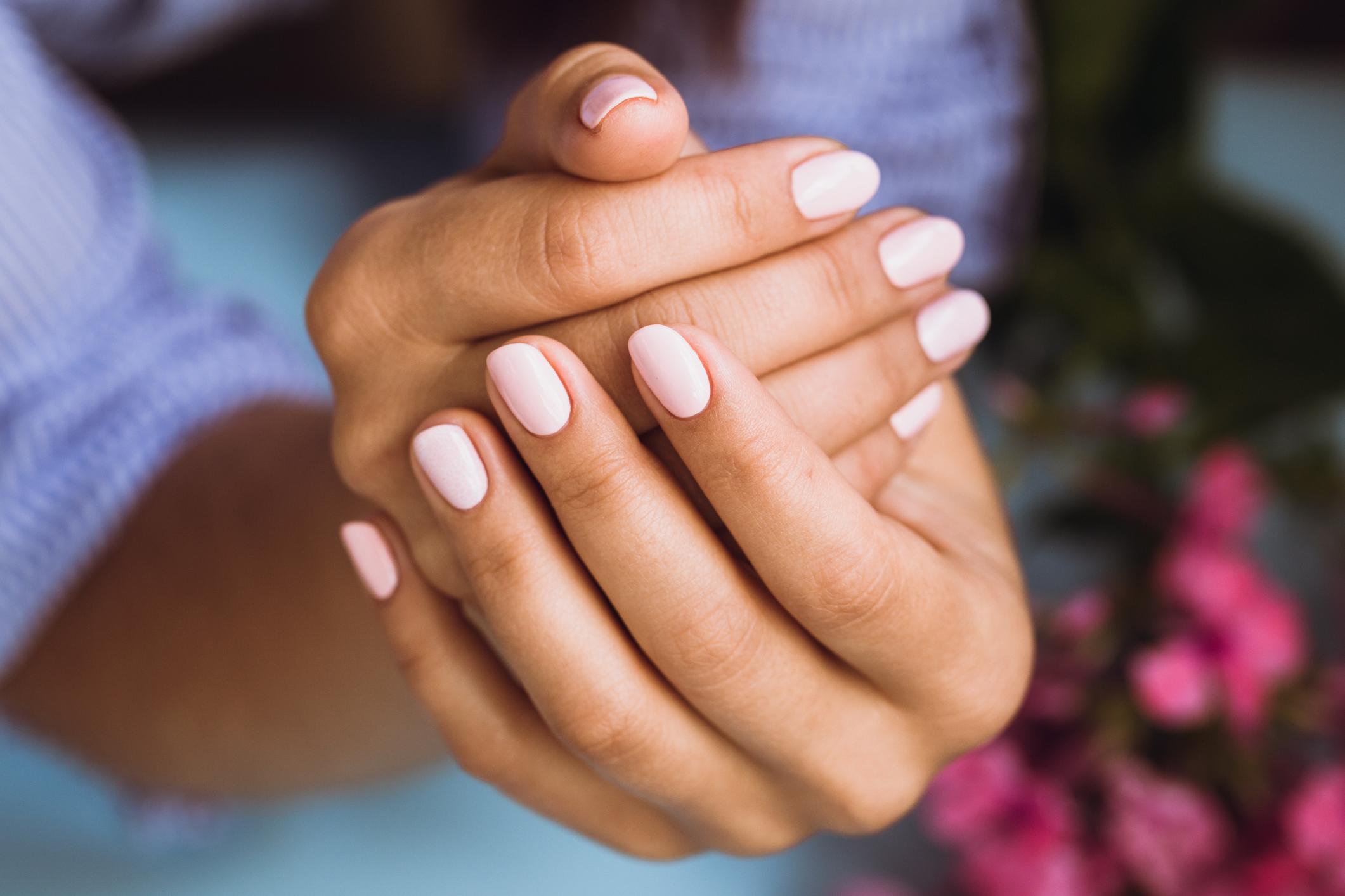 Из-за чего на ногтях появляются белые пятна и как с этим бороться