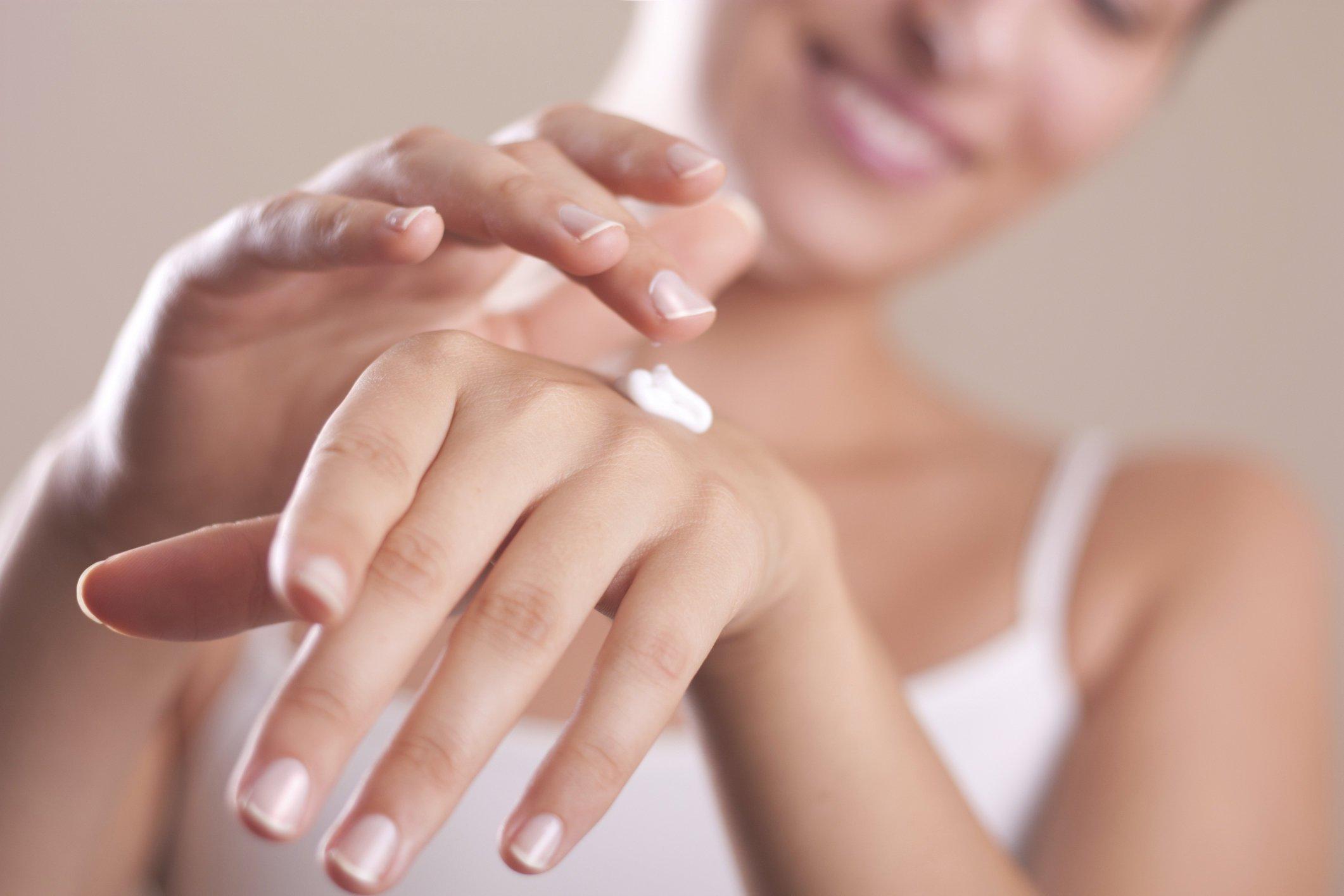 7 обязательных уходовых средств в женской косметичке зимой
